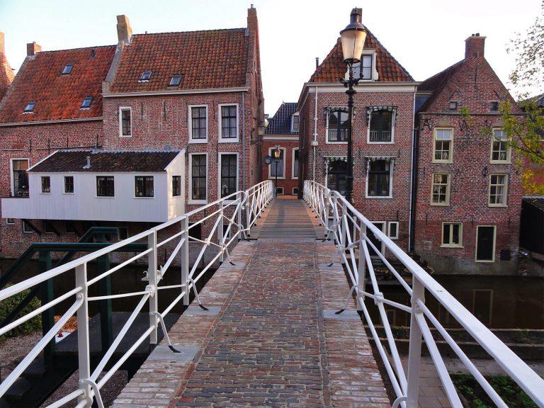 Smalle brug die naar een steegje leid