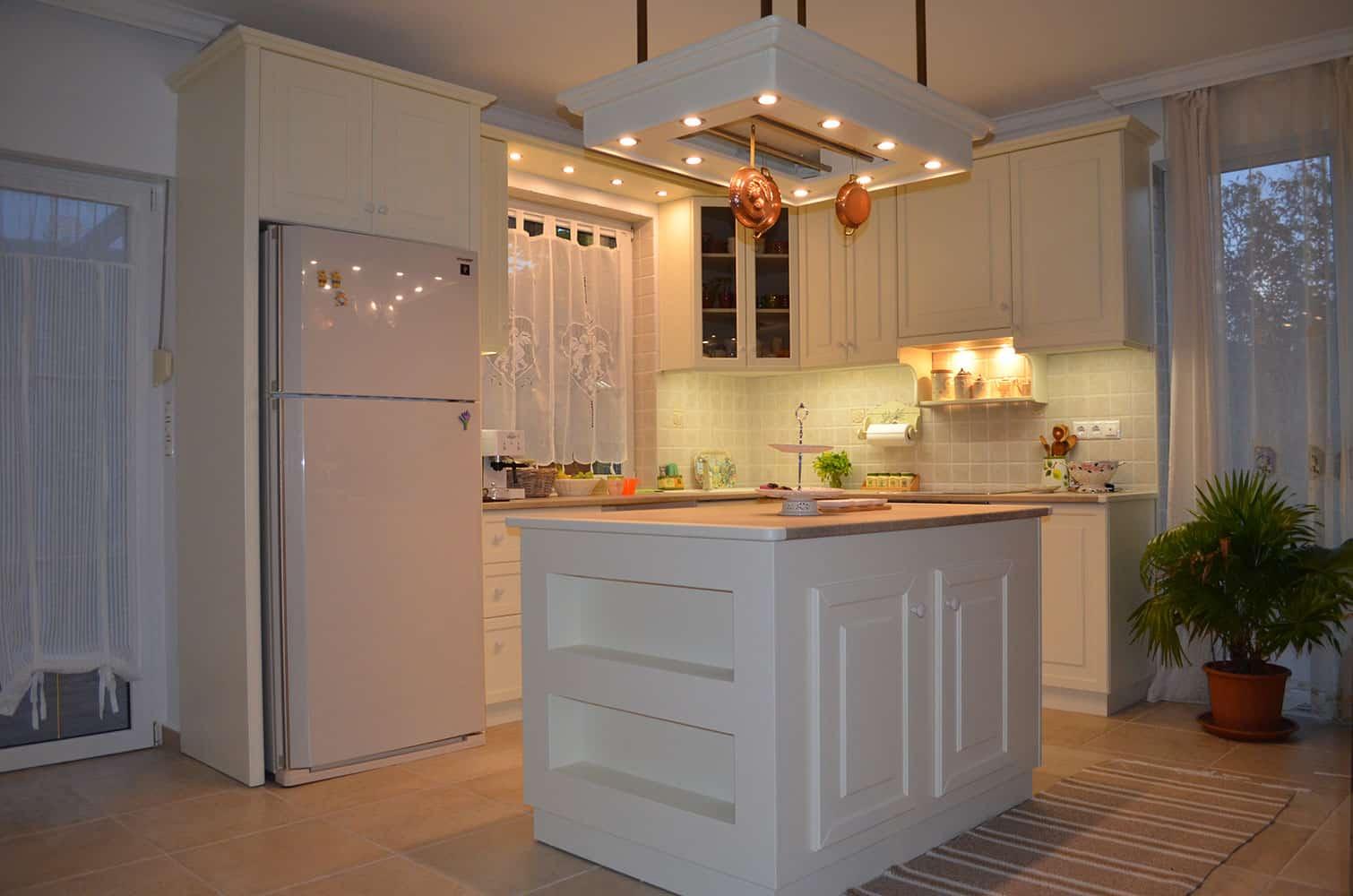 fehér konyhasziget világítással