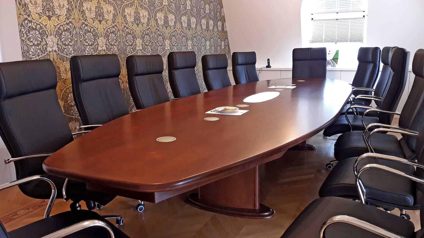 Ovális tárgyalóasztal