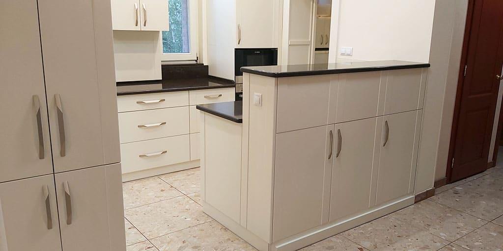 modern konyha kifelé nyíló szekrény