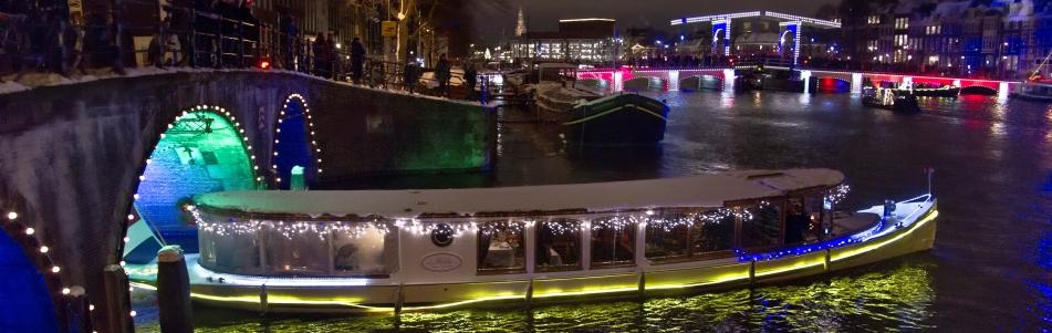 Rondvaart Amsterdam met kerst. Kerstdiner op een boot