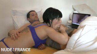 margaux lenoir amatrice pulpeuse baise devant un porno