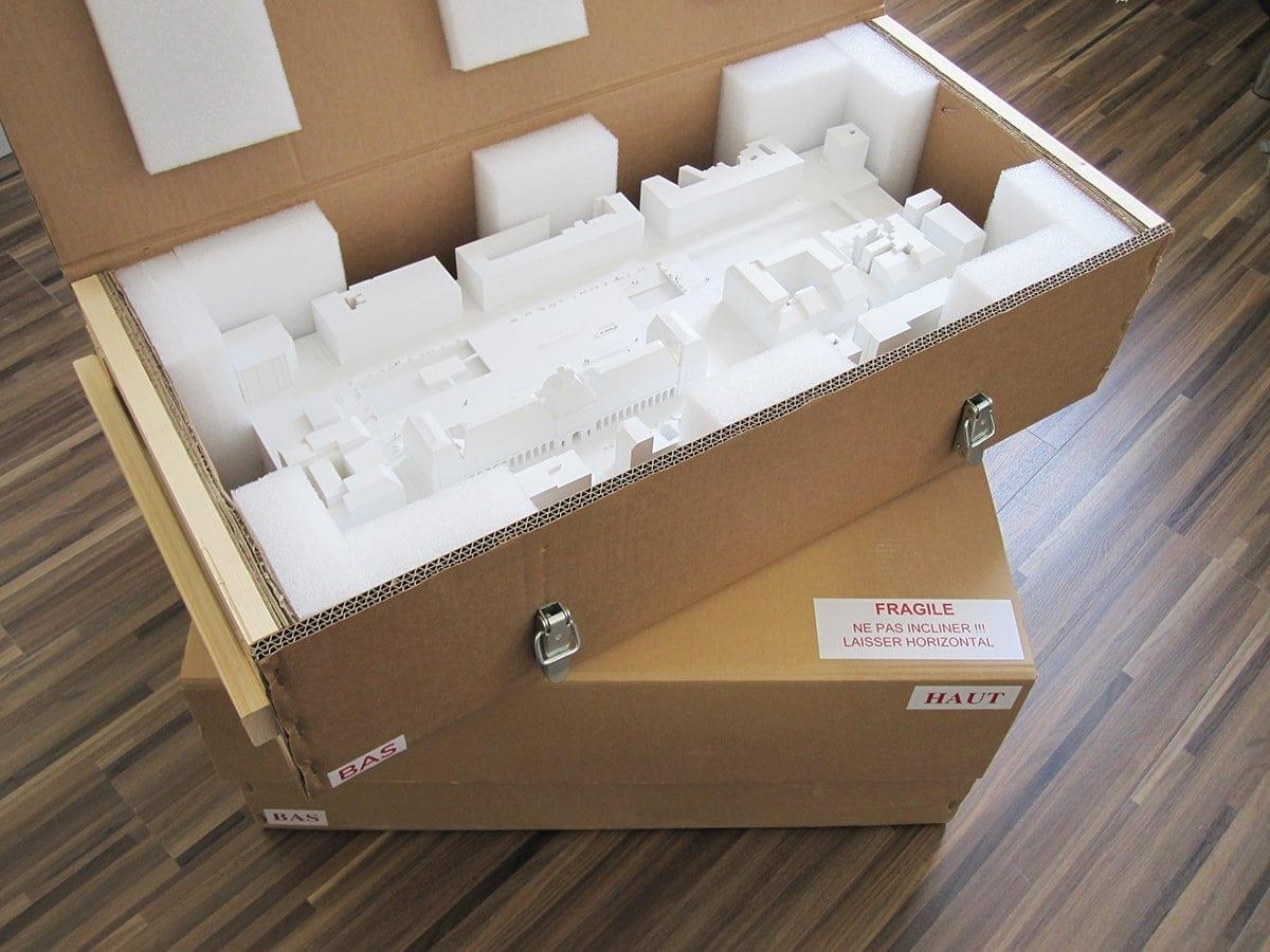 caisse carton avec armature en bois et fermeture grenouillère