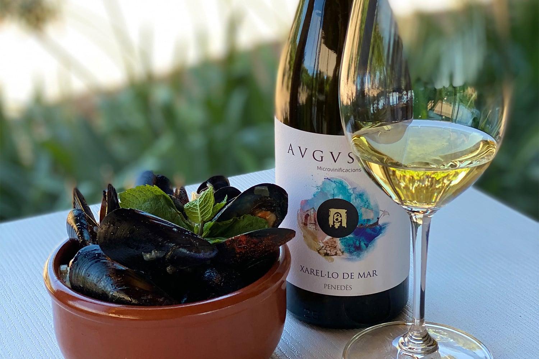Imatge del vi del Penedès Xarel·lo de Mar d'Avgvstvs Forvm maridat amb una tapa de musclos