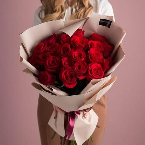 Классический букет из 21 красной розы в авторском оформлении №511 - Фото 5
