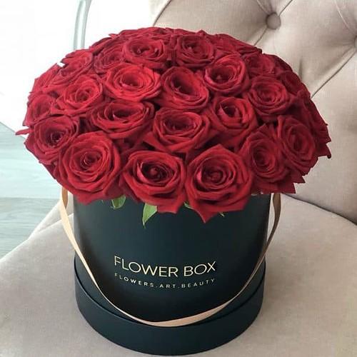 Шляпная коробка черная М с 41 красной розой №372 - Фото 5