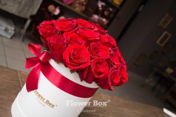 Шляпная коробка M с 31-33 красными розами №318 - Фото 2