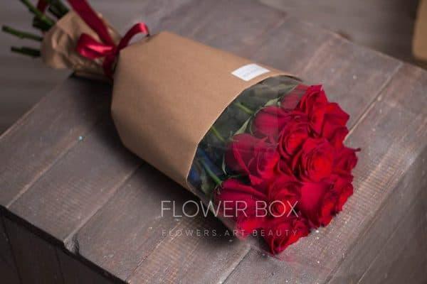 11 красных роз в классическом оформлении целлофан крафт №097 - Фото 2