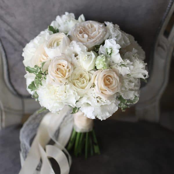 Букет невесты с кремовыми розами и зеленью №998 - Фото 1