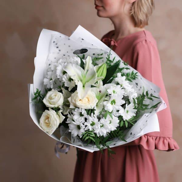 Сборный букет с лилией в белой гамме №1003 - Фото 1