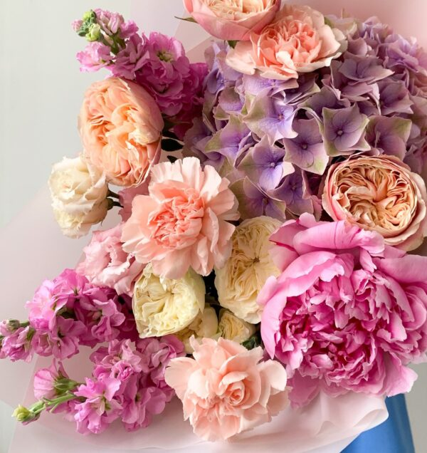 Летний букет с пионом и премиум розами №1134 - Фото 2