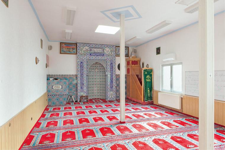 Gebetsraum der Kocatepe Moschee Dortmund-Nordstadt gegründet 1980. / Prayer room of the Kocatepe Mosque Dortmund-Nordstadt founded in 1980.