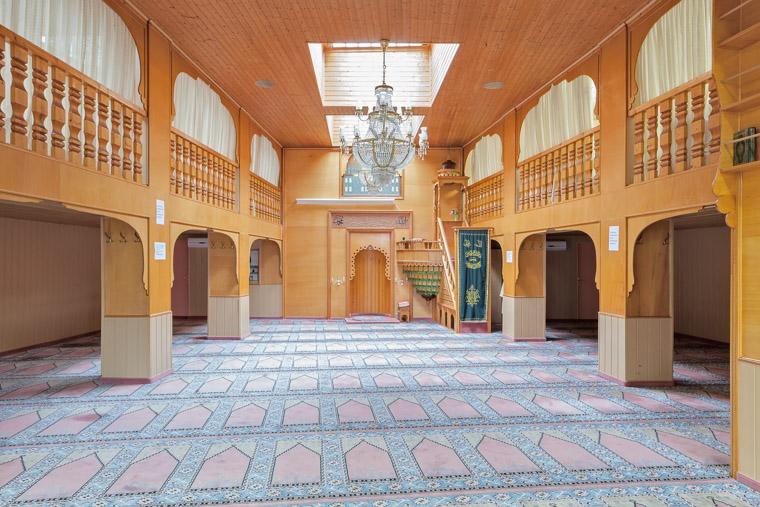 Gebetsraum der Andolu Moschee Dortmund-Nordstadt gegründet 1976. / Prayer room of the Andolu Mosque Dortmund-Nordstadt founded in 1976.