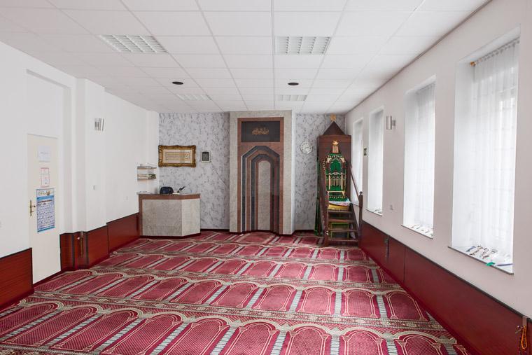 Gebetsraum der Furkan Moschee Dortmund-Nordstadt gegründet 2001.Prayer room of the Furkan Mosque Dortmund-Nordstadt founded in 2001.