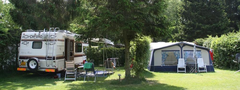 Deze foto toont een camper en een bungalowtent