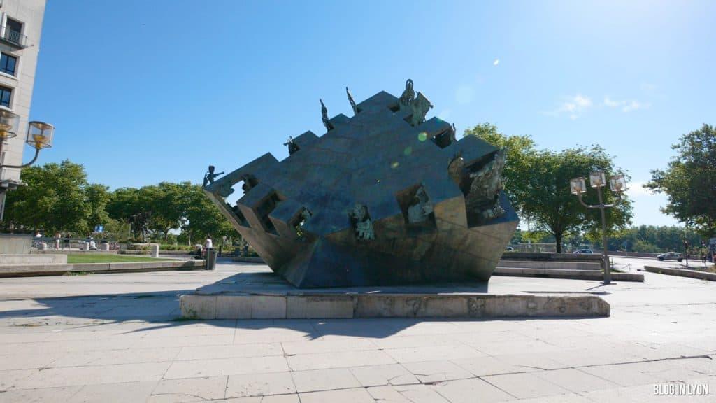 Visiter Lyon - Sculpture Jean-Robert Ipoustéguy - Pyramide de l