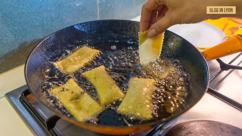 Gastronomie lyonnaise - Cuisson pâte à bugne   Blog In Lyon