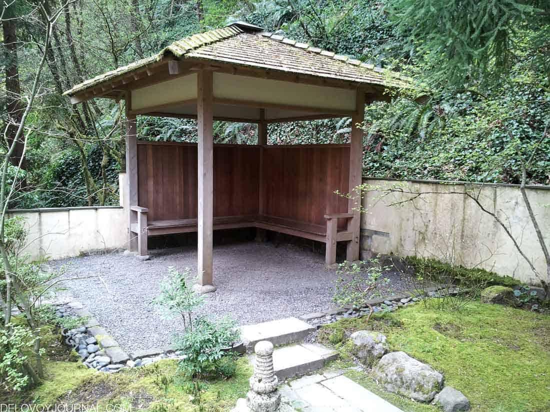 Беседка для отдыха в японском саду