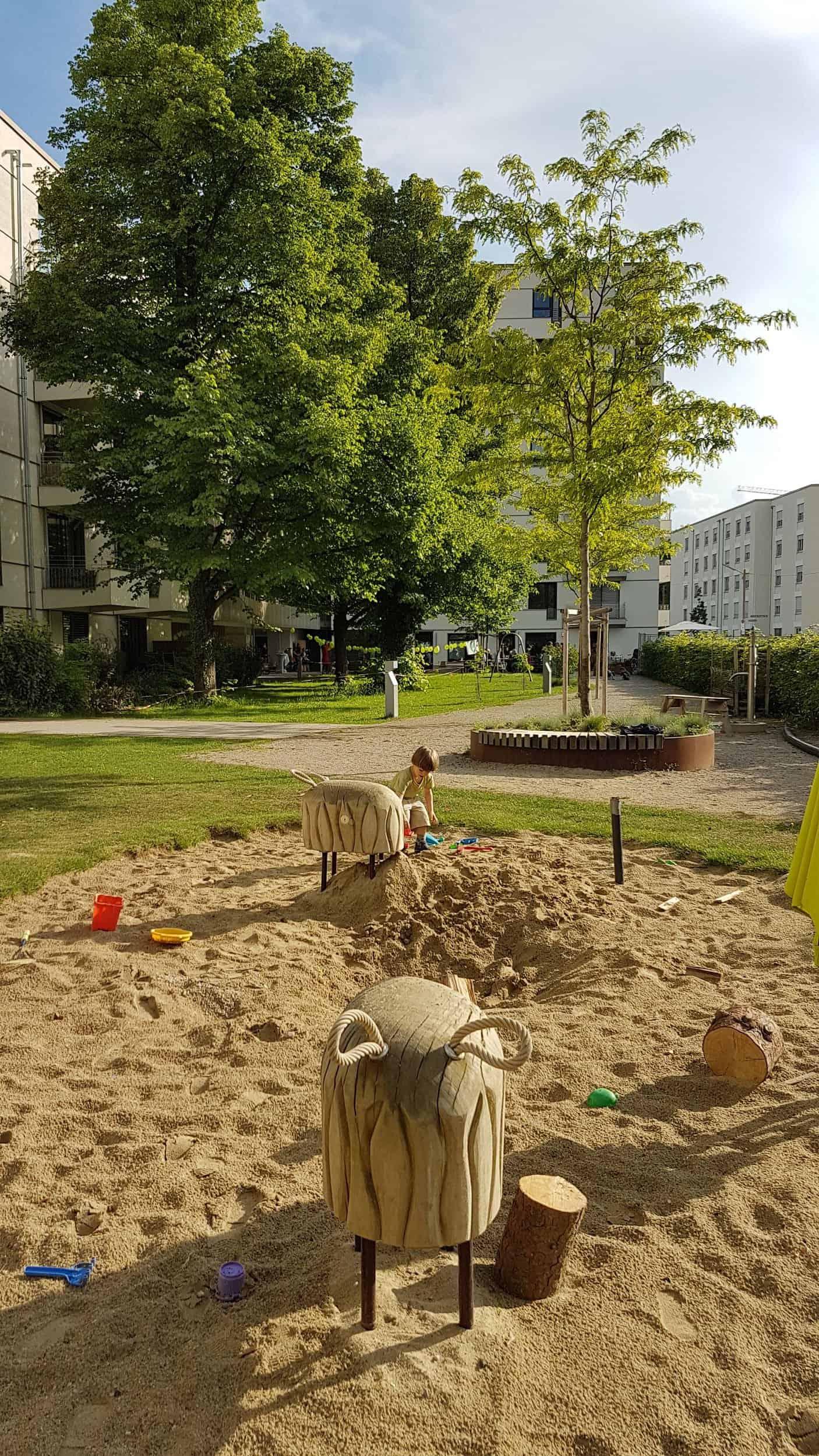 Bild: Spielplatz im grünen Innenhof, Foto: ver.de landschaftsarchitektur