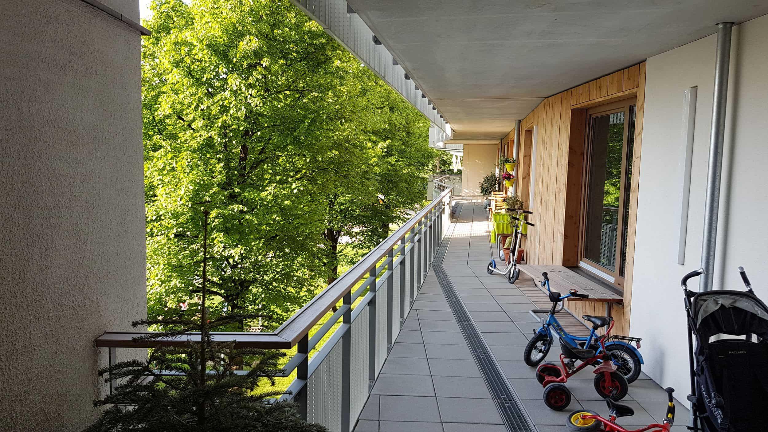 Bild: Laubengang am grünen Innenhof, Foto: ver.de landschaftsarchitektur