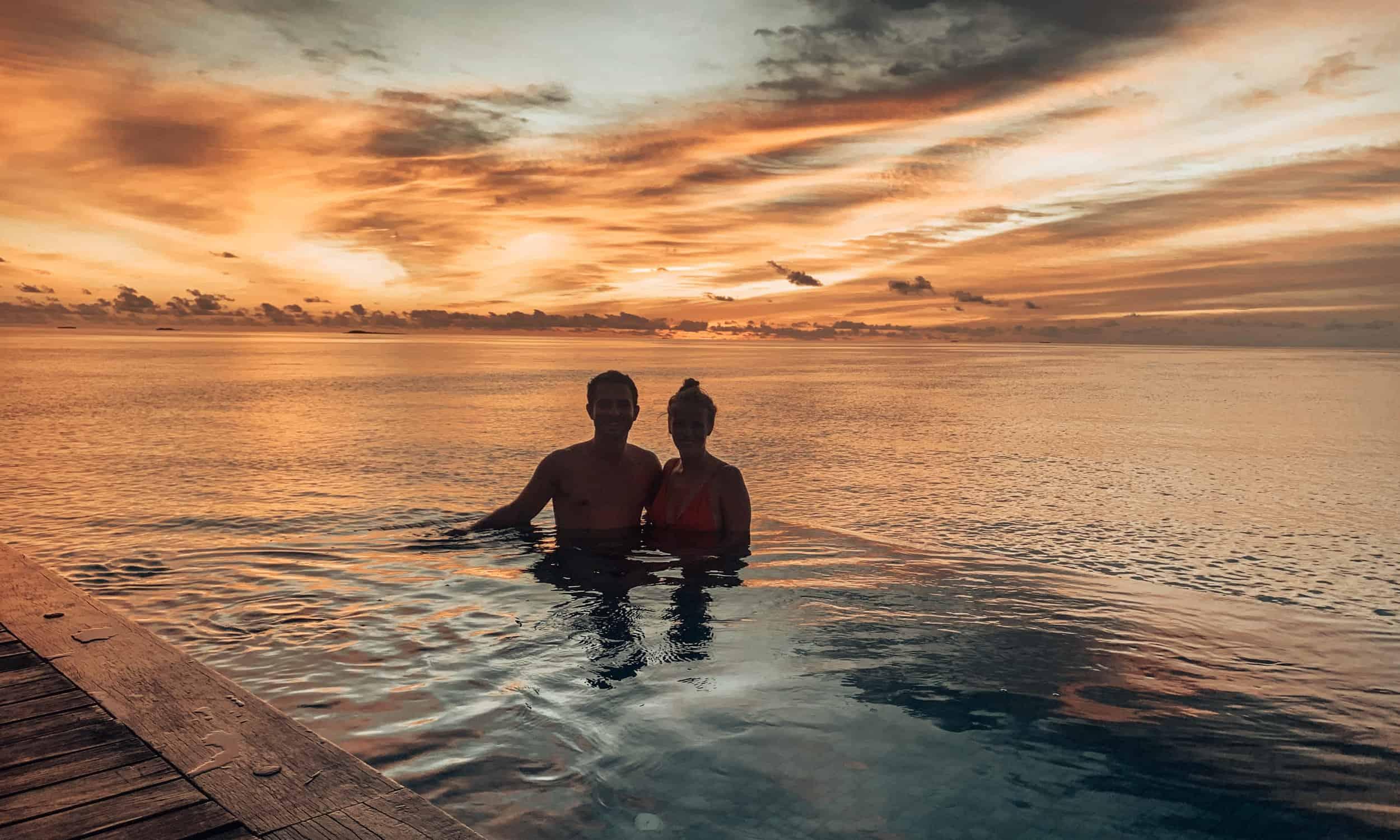 Sonnenuntergang im Pool auf den Malediven
