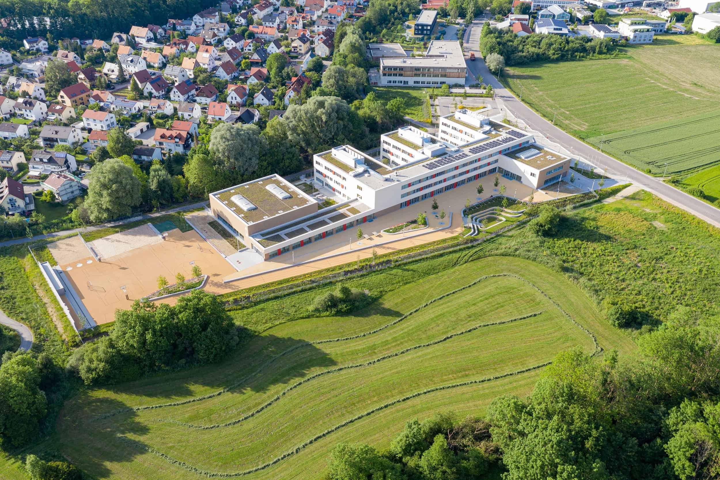 Bild: Blick aus der Vogelperspektive auf die Realschule Freising, Foto: ver.de landschaftsarchitektur