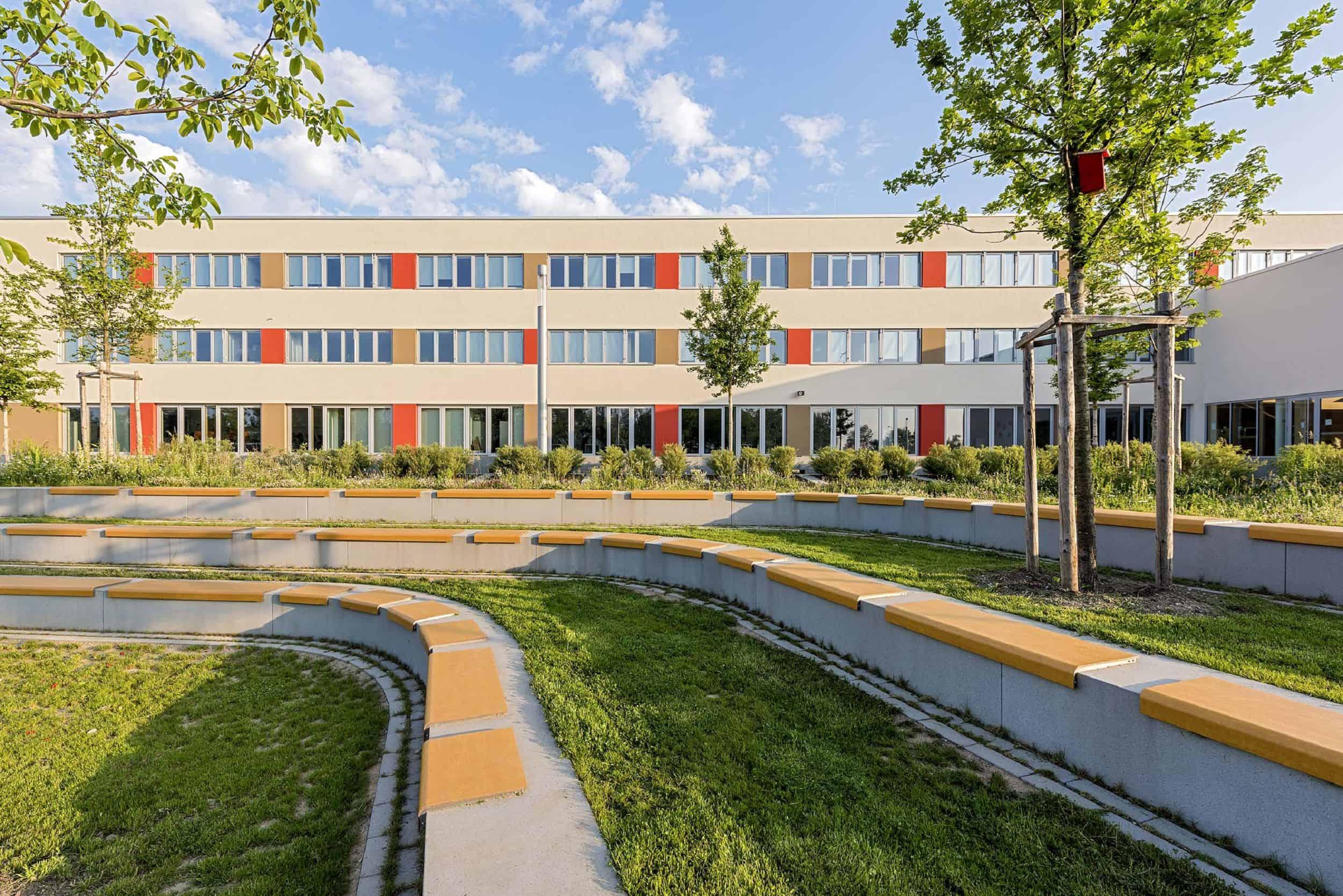 Bild: Grünes Klassenzimmer im Schulhof, Foto: Johann Hinrichs Photography