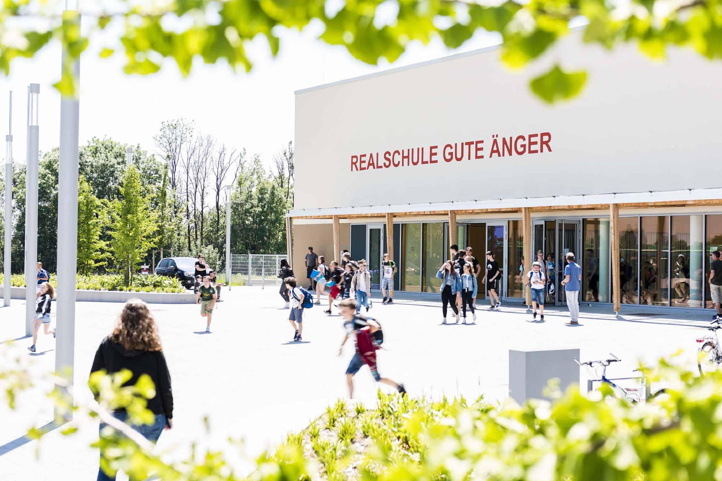 Bild: Vorplatz der Realschule Gute Änger in Freising, Foto: Johann Hinrichs Photography