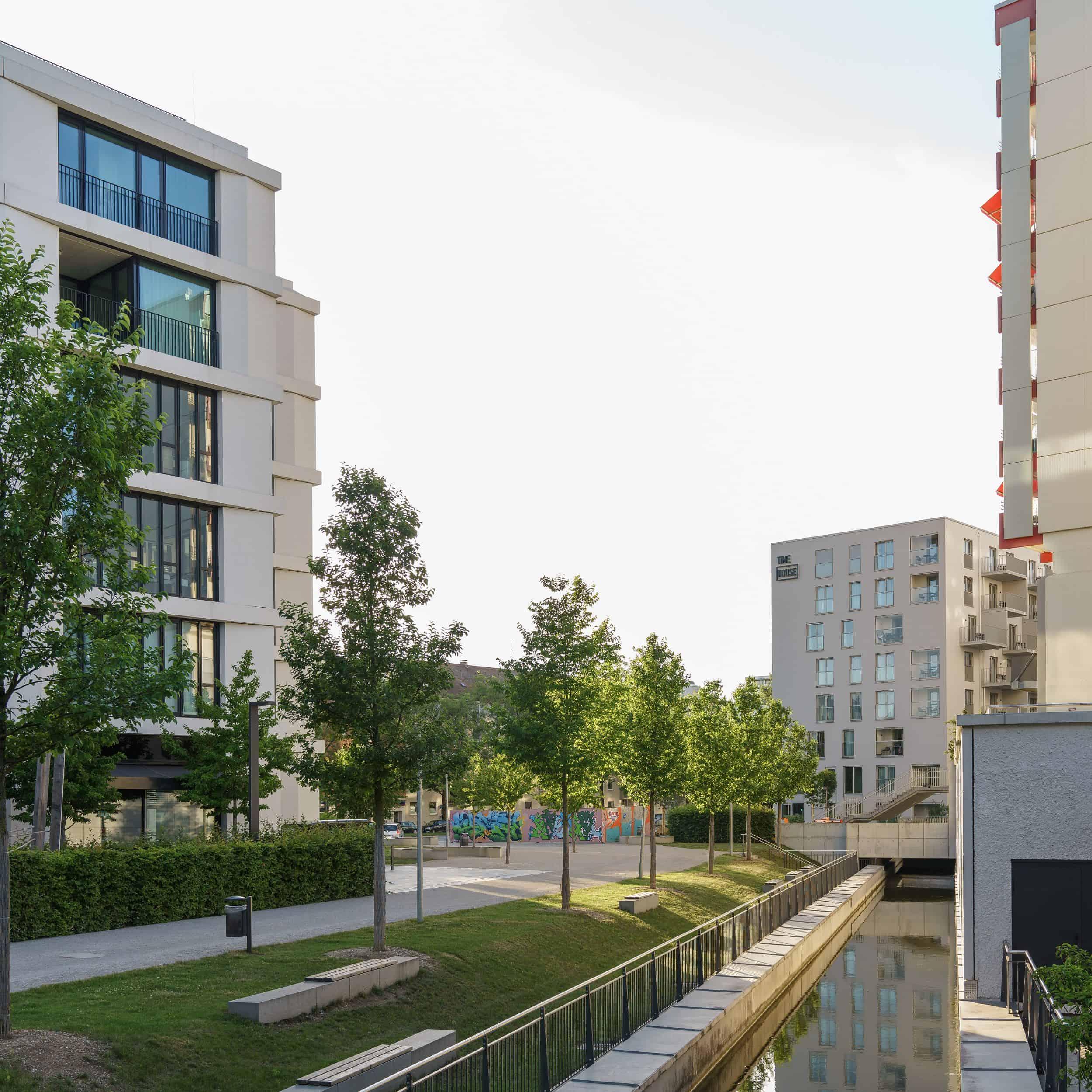 Bild: Der im Zuge des Projekts freigelegte Nymphenburg-Biedersteiner-Kanal, Foto: ver.de landschaftsarchitektur