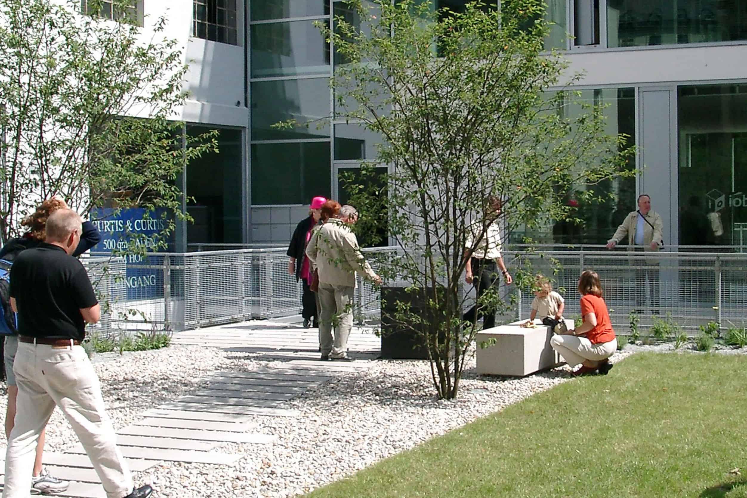 Bild: der Innenhof bei den Architektouren 2002, Foto: ver.de landschaftsarchitektur
