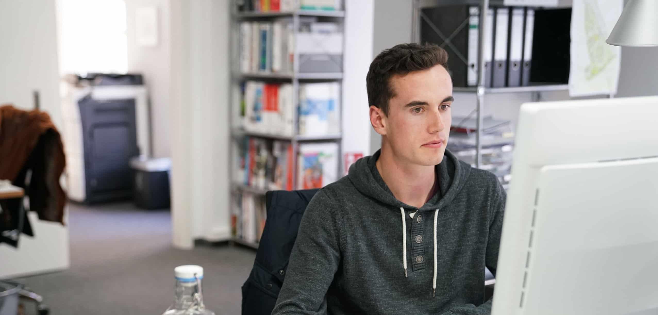 Bild: Unser neuer Praktikant Matthias Richter an seinem Arbeitsplatz