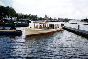 De eerste tocht naar Amsterdam ging nog gesleept. Restauratie rondvaartboot haast klaar