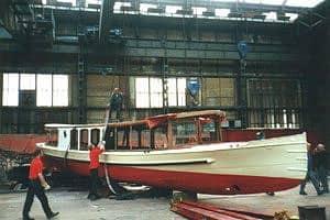 De Salonboot Hilda hangt zowat in de stroppen, klaar om naar buiten te gaan. Restauratie rondvaartboot haast klaar