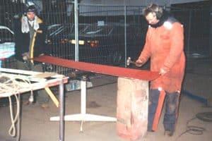 De nieuwe platen voor de restauratie zijn met de hamer op vorm geklopt, ouderwets vakmanschap.