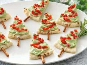 Christmas Tree Pita -Christmas Olive Wreath - 25 Amazing Christmas Party Appetizer Recipes! Fun Food Ideas and more for a Holiday Party. LivingLocurto.com
