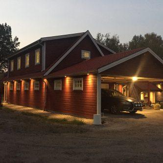 Garage med carport och övervåning.