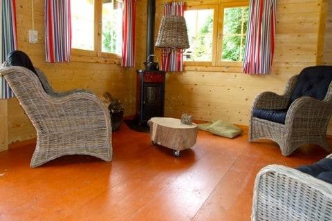 Te Hooi en Te Gras Koloniehuisje interieur met houtkachel