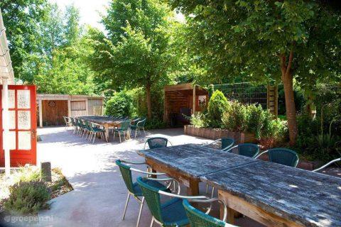 Groepsaccommodatie Huntershof Diever omsloten tuin met tuinmeubilair