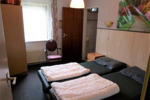 Groepsaccommodatie Huntershof Diever slaapkamer met badkamer