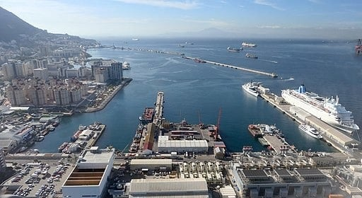 Luftansicht auf den Hafen von Gibraltar - Adam Cli, CC BY-SA 4.0 https://creativecommons.org/licenses/by-sa/4.0, via Wikimedia Commons