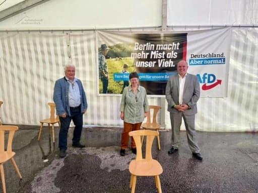 AfD Bayern Wahlen in Greding mit Kreisrat, Direktkandidat und Listenkandidat auf Platz 20 Herrn Bernd Schuhmann (rechts), Bezirks- und Kreisrätin Frau Andrea Klingen (Mitte) und MdL und Kreisrat Herrn Christian Klingen (links)