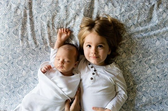 赤ちゃんとその兄弟