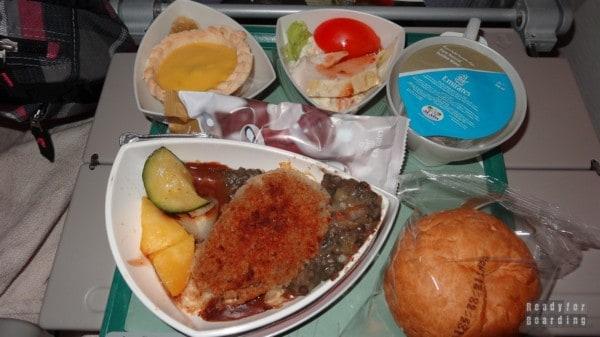 Jedzenie na pokładzie Emirates na trasie Dubaj Tokio Narita