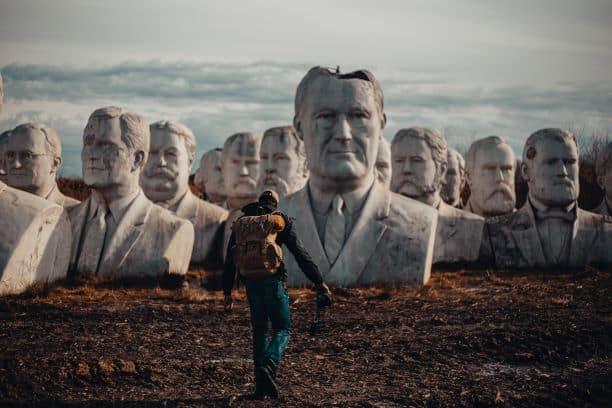 Wanderer vor Monument von Präsidenten der USA