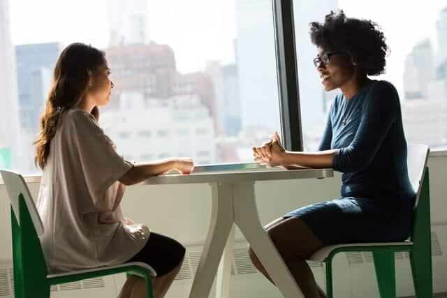 emotiale Nähe entsteht im persönlichen Gespräch: zwei junge Frauen reden miteinander