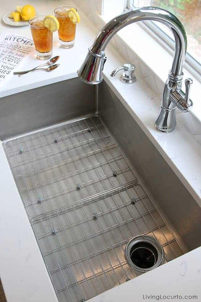 10 Simple Farmhouse Kitchen Decor Ideas - Farmhouse sink