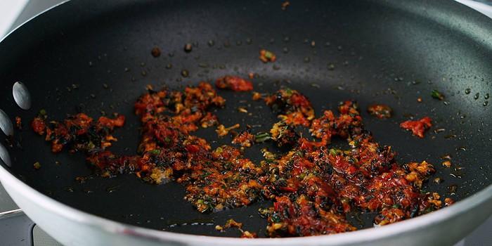 Spicy caramelized aromatics.