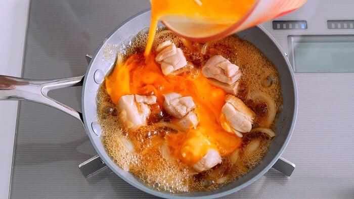 Adding beaten egg to the Oyako Donburi.