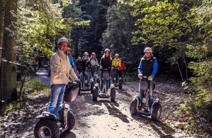 Segway Fahrer im Herbstwald bei Fischbachau