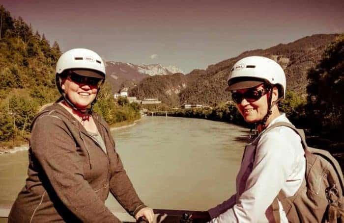 zwei Segway Fahrerinnen im Hintergrund die Festung in Kufstein